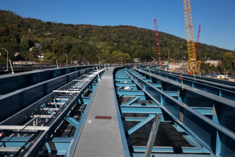 Curved path of Rockland approach takes shape w/new steel girder assemblies./NYSTA