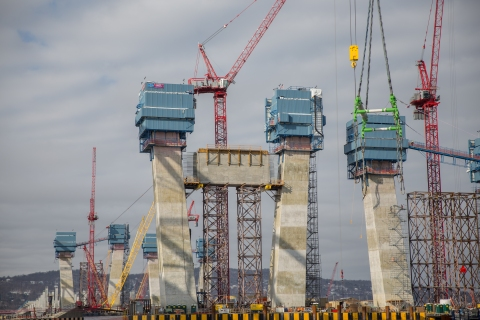 I Lift NY super crane placed the first crossbeam on main span towers last week/NYSTA