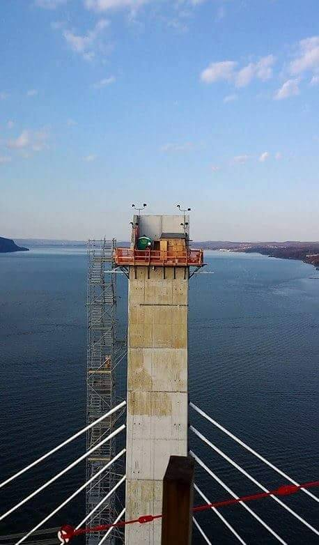 Facing north: one of the new main span towers high above the Hudson River/© H. Jackson